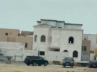 السلام عليكم للبيع فيلا بام صلال محمد مساحه  890 م والبناء 900 م  تتكون من  10 غرف نوم  ماستر