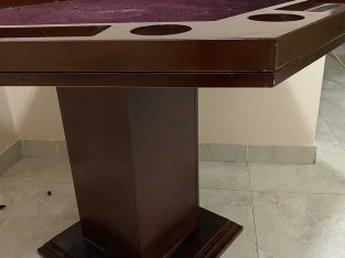 طاولة لعب ورق خشب بني و من السطح سجاد عنابي و سداسيه